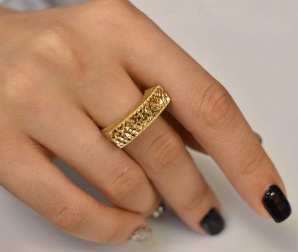 انگشت طلا بر روی دست